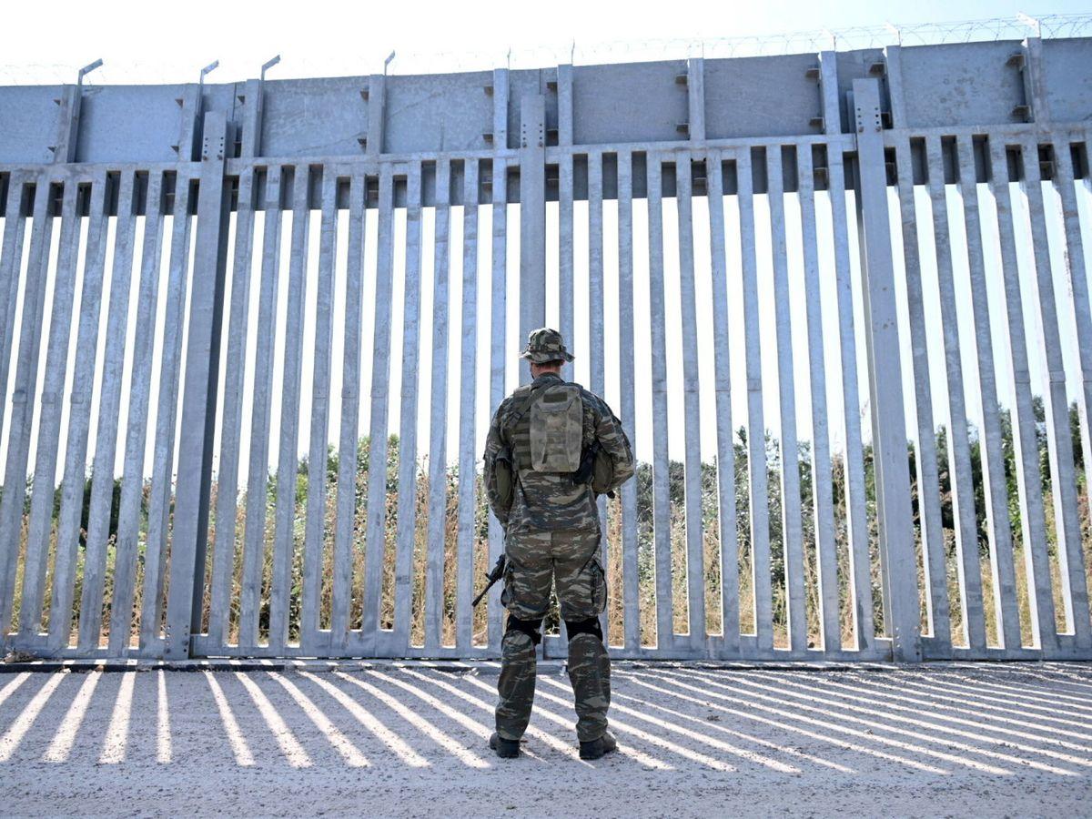 Foto: Un soldado frente a la nueva valla construida por Grecia en su frontera con Turquía. (Reuters)