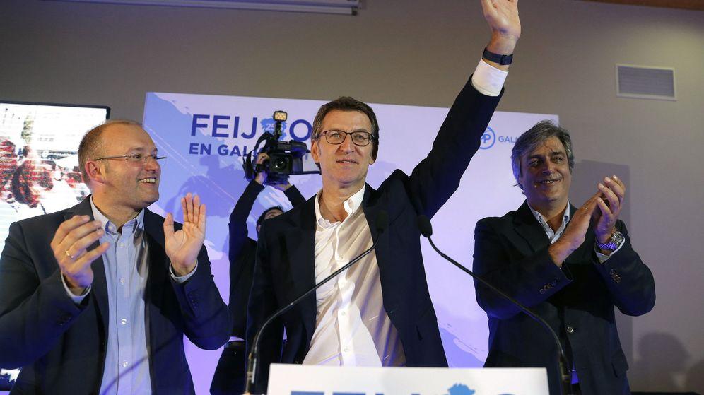 Foto: El presidente de la Xunta, Alberto Nuñez Feijóo, junto al secretario geneal del PPdG, Miguel Tellado (i), y el portavoz parlamentario, Pedro Puy (d), celebran el resultado electoral. (Efe)