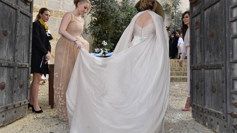 La novia, entrando al castillo. (Cordon Press)