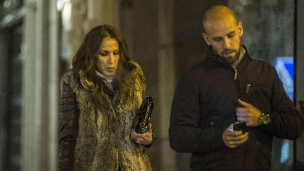 Foto: Malú y Gonzalo Miró por las calles de Madrid. (Cordon)