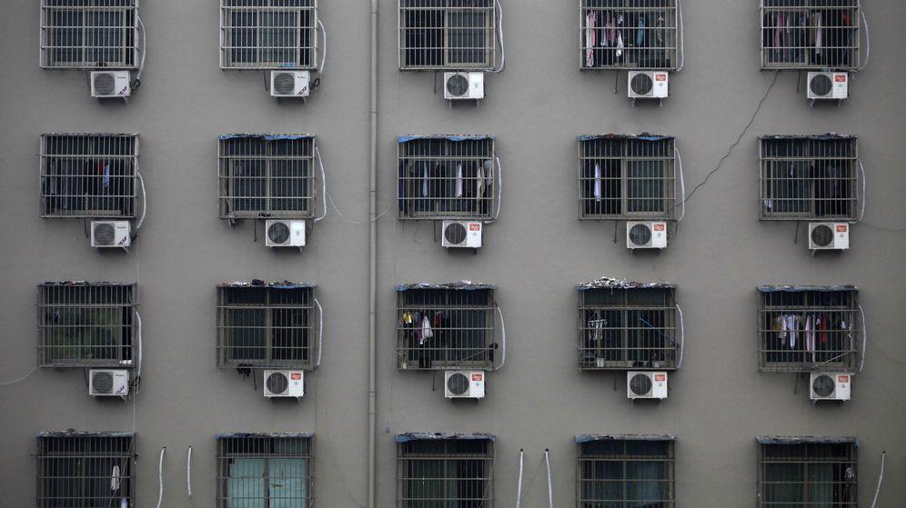 Foto: Aparatos de aire acondicionado en un complejo para trabajadores en una fábrica en la ciudad de Wenzhou, en la provincia de Zhejiang. (Reuters)