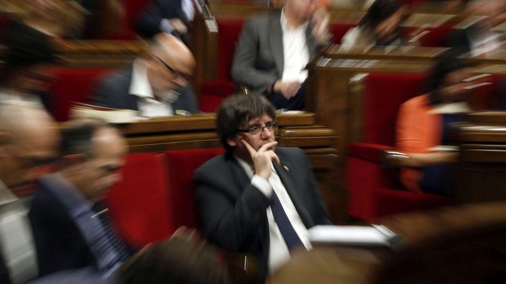 Foto: El presidente de la Generalitat, Carles Puigdemont, durante el pleno del 26 de octubre. (EFE)