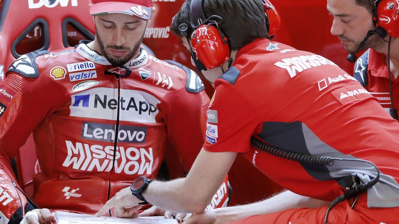 Dovizioso repasa algunos datos junto a su equipo en el pasado GP de Catalunya. (EFE)