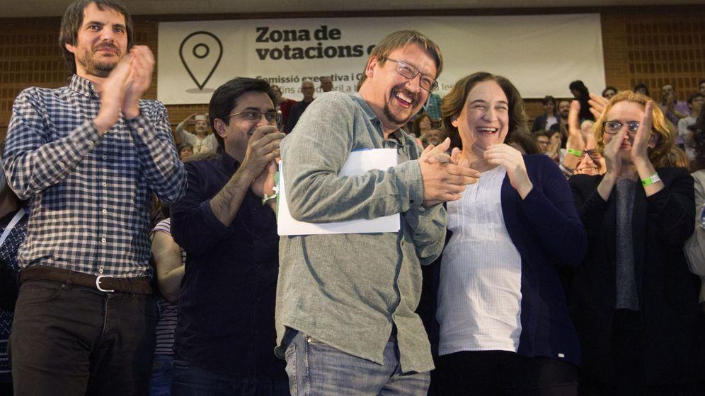 Foto: Ernest Urtasun (1i), Xavier Domènech (c) y Ada Colau (d), durante la asamblea fundacional del nuevo partido de los comunes, Catalunya en Comú. (EFE)
