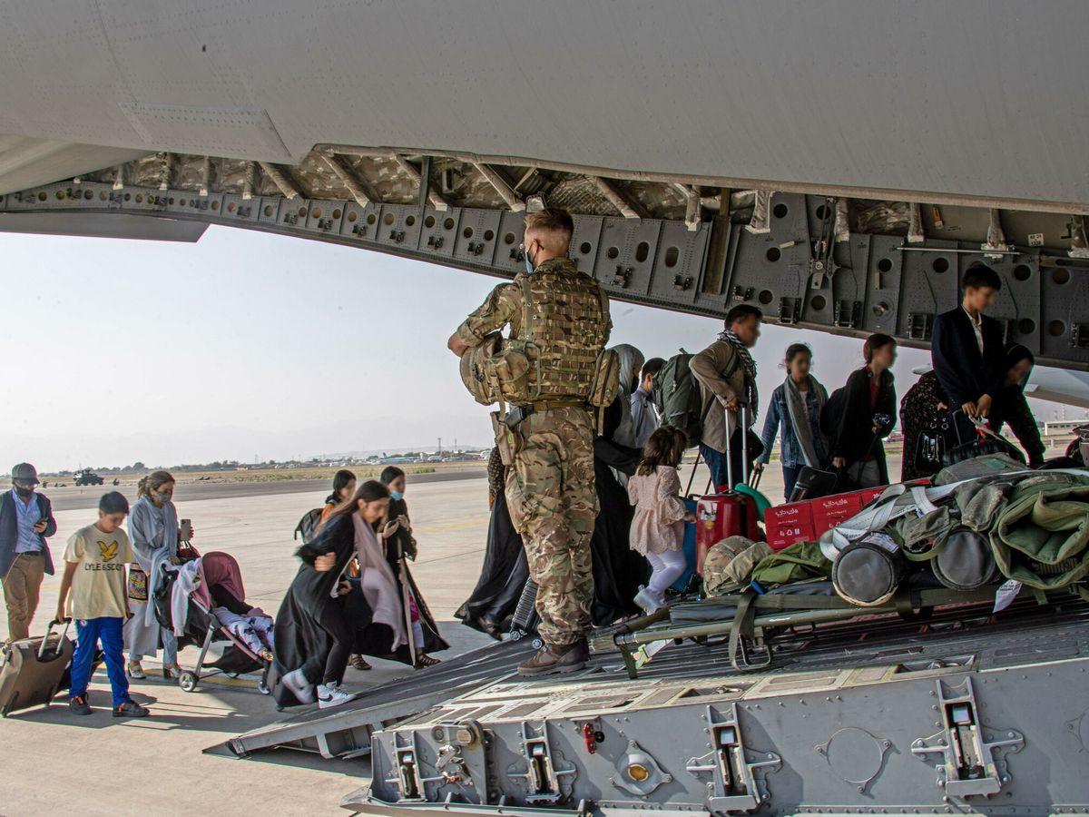Foto: Fuerzas británicas facilitan la evacuación de civiles afganos. (EFE)