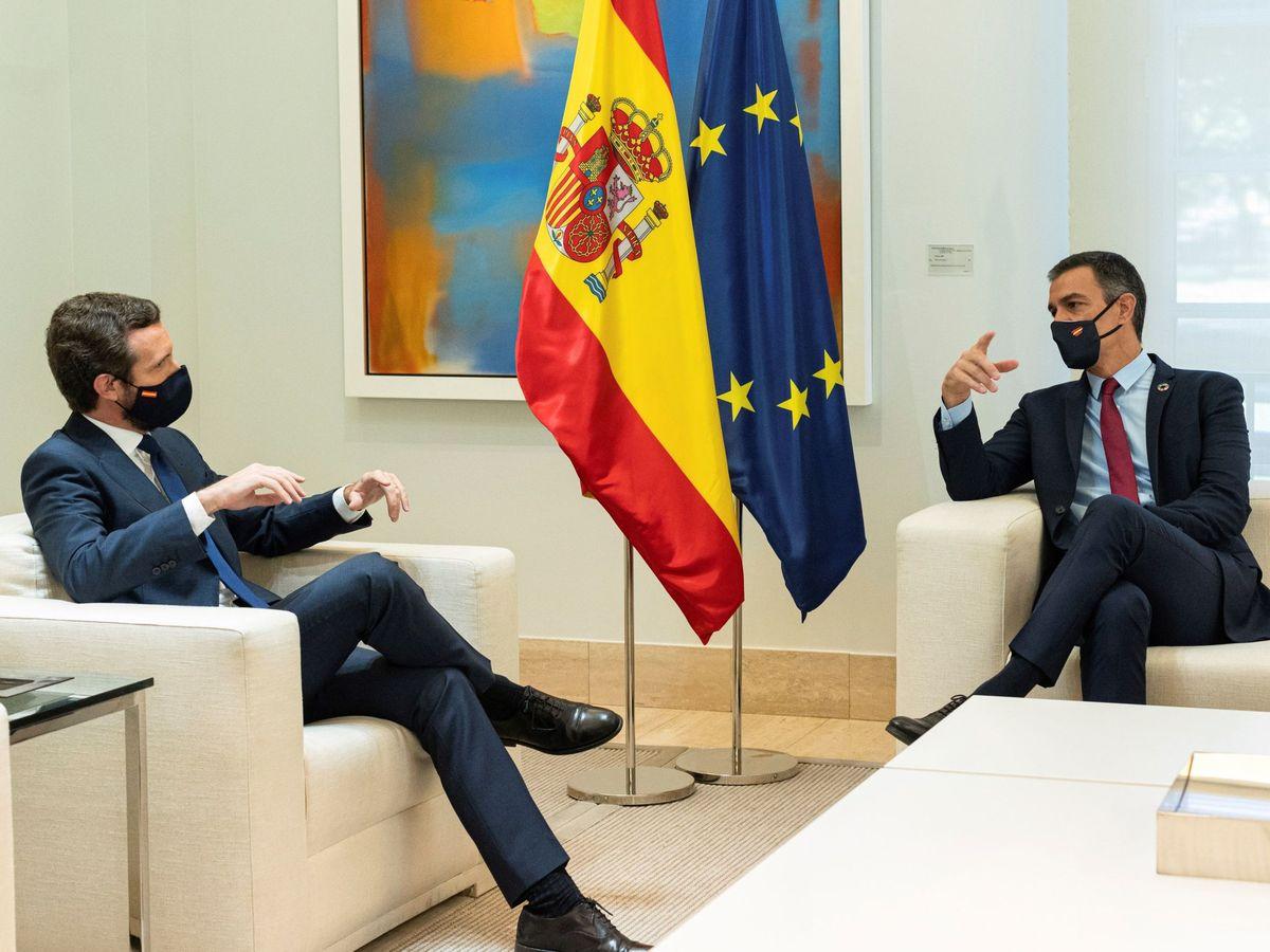 Foto: Reunión en Moncloa entre el presidente del Gobierno, Pedro Sánchez (d), y el líder del PP, Pablo Casado (i), el pasado septiembre. (EFE)