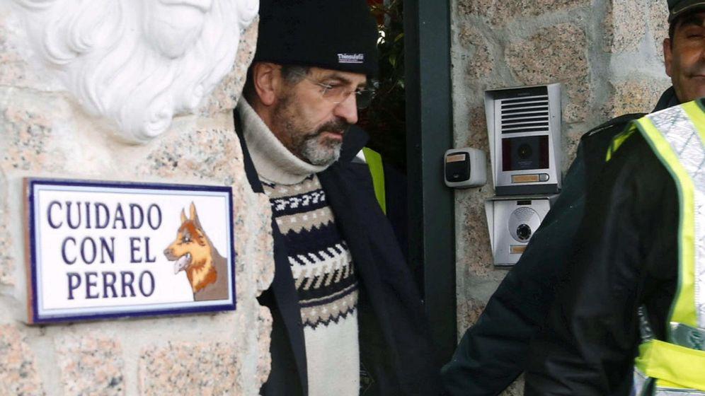 Foto: Miguel Rosendo sale de la casa de Oia tras el registro del inmueble y su detención. (EFE)