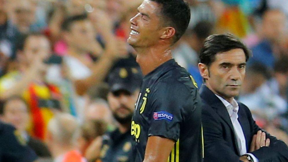 Foto: Cristiano Ronaldo llora de espaldas a Marcelino tras su expulsión (Reuters)