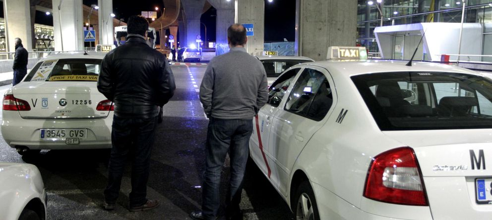 Foto: Taxistas en el Aeropuerto Madrid-Barajas Adolfo Suárez. (Efe)