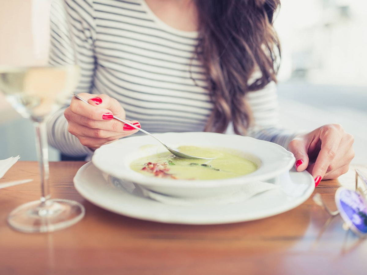 Foto: La cuchara se aleja, no se acerca. (iStock)