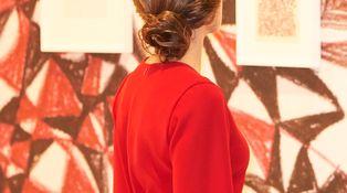 Doña Letizia se convierte en una obra de arte de Klimt en su visita a ARCO