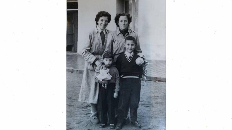 Manoli y Mary con su hijo Pepe; día de visita de los niños en la cárcel | Archivo personal de Miguel Martínez del Arco