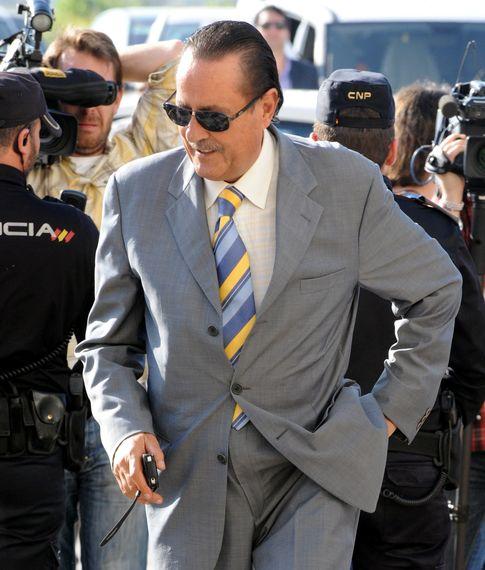 Foto: El ex alcalde de Marbella, Julián Muñoz, a la entrada de los juzgados de Málaga en abril de 2013 (I.C.)