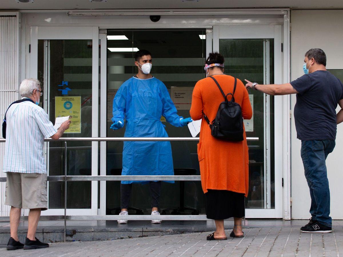 Foto: Varias personas esperan para entrar en el Centro de Atención Primaria de La Florida de L'Hospitalet (Barcelona),