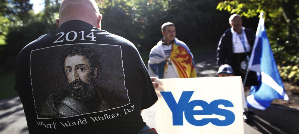 Foto: Manifestantes independentistas durante una marcha a través de las calles de Edimburgo. (Reuters)
