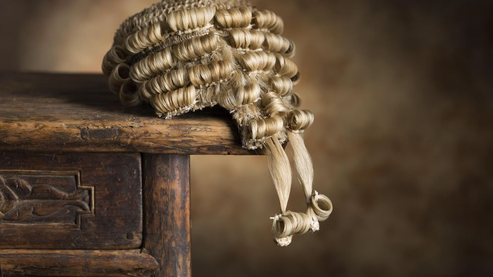 Foto: Hay juicios tan delirantes que incluso al juez se le cae la peluca. (iStock)