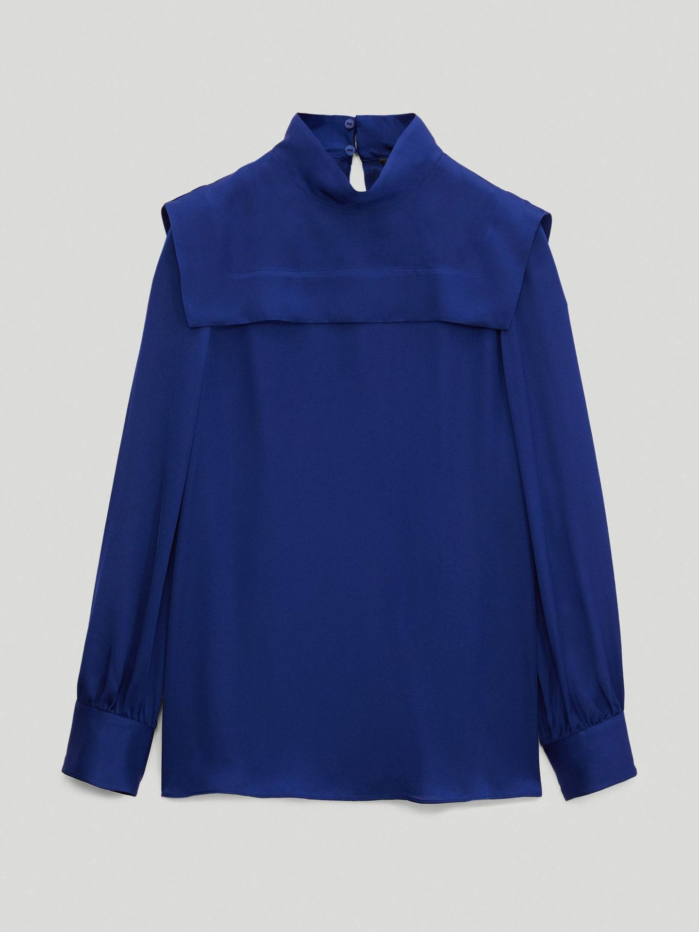 Camisa con pechera de Massimo Dutti. (Cortesía)