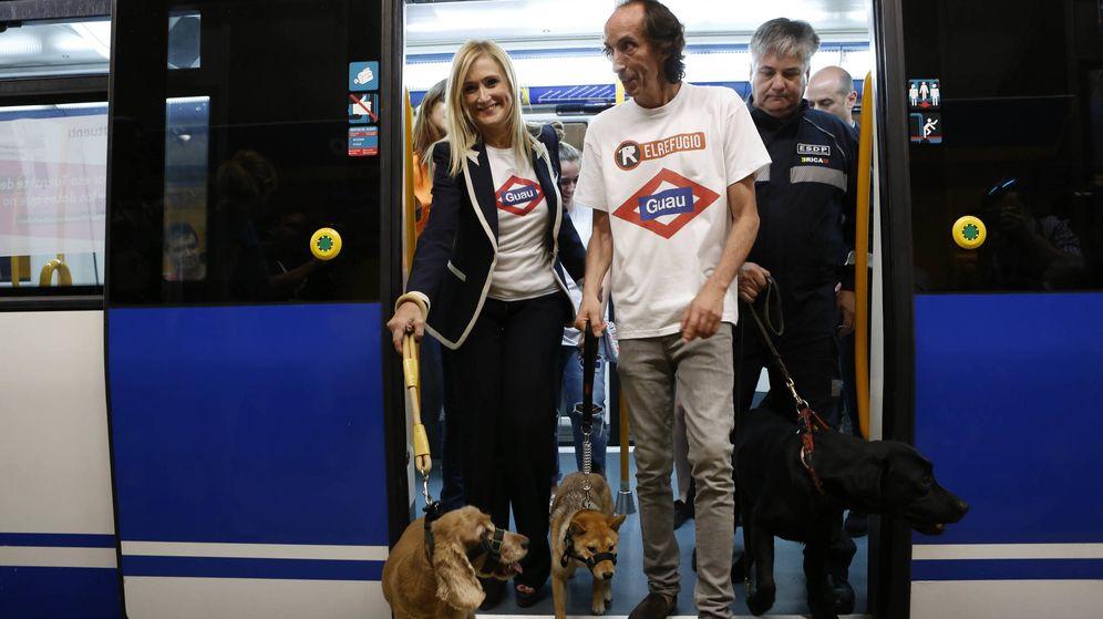 Foto: La presidenta Cristina Cifuentes, cuando presentó el cambio en el reglamento de viajeros que permite el acceso de los perros a la red de Metro.