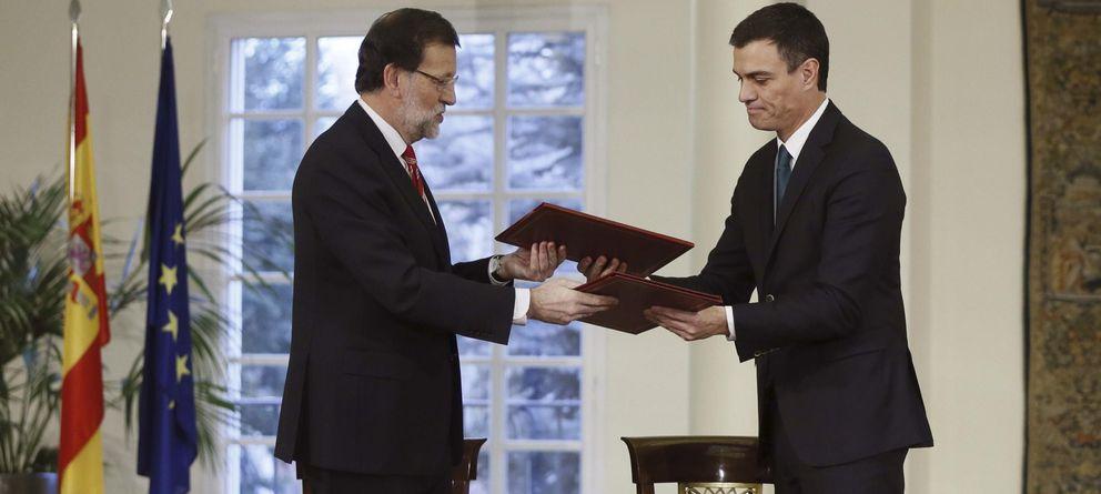 Foto: Mariano Rajoy y Pedro Sánchez suscriben su primer pacto de estado. (EFE)