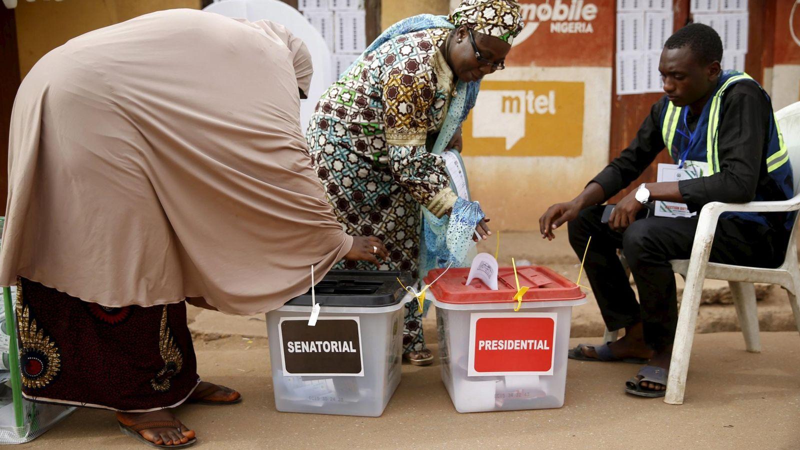 Foto: Dos mujeres votandoen Daura, en el noroeste de Nigeria (Reuters).