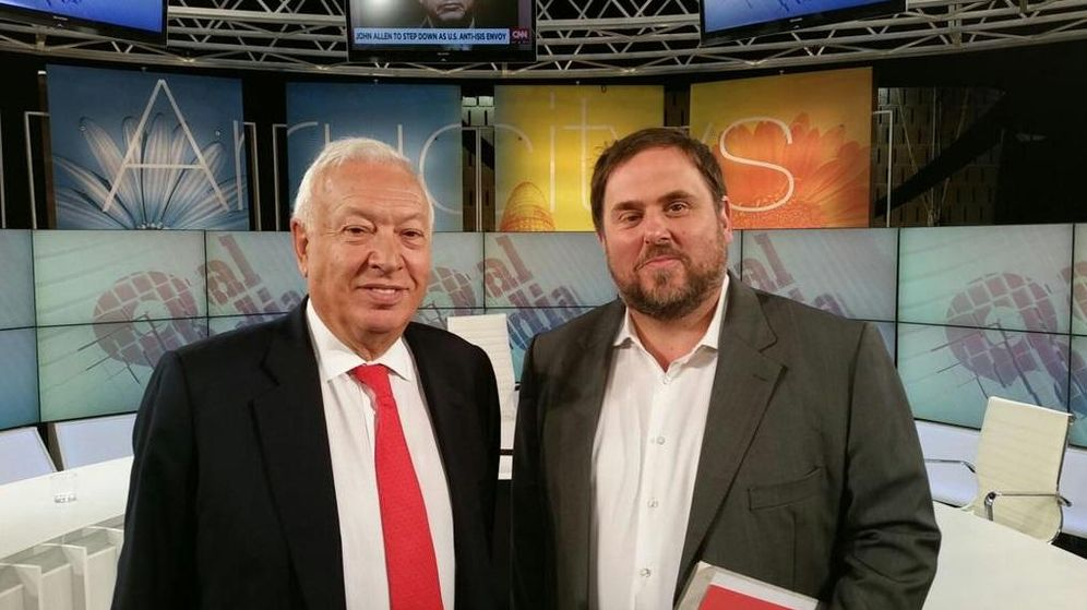 Foto: El ministro Margallo y el líder de Esquerra Republicana antes de dar comienzo al debate. (TV8)