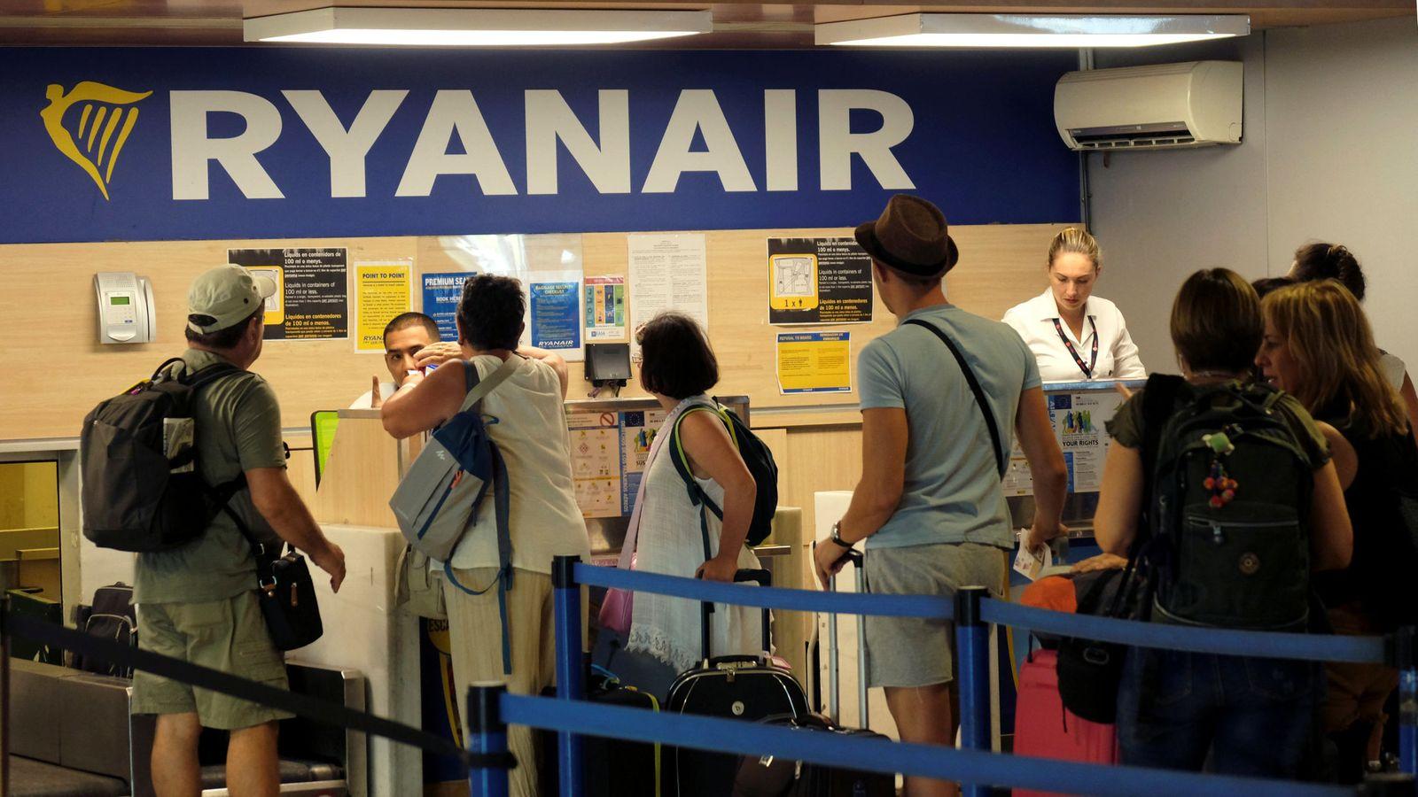 Foto: Pasajeros de Ryanair hacen cola en la puerta de embarque | Reuters