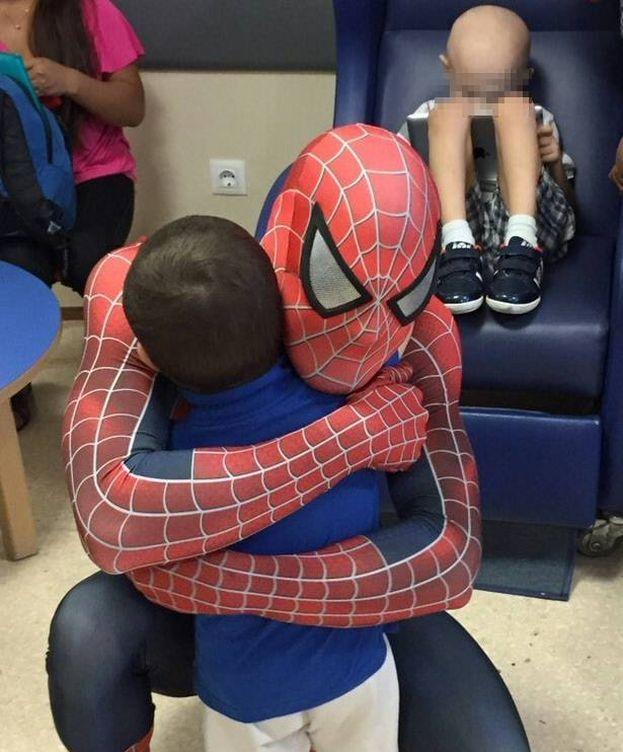 Foto: Edu abraza a un niño con cáncer. (Foto cedida por Eduardo Balboa)