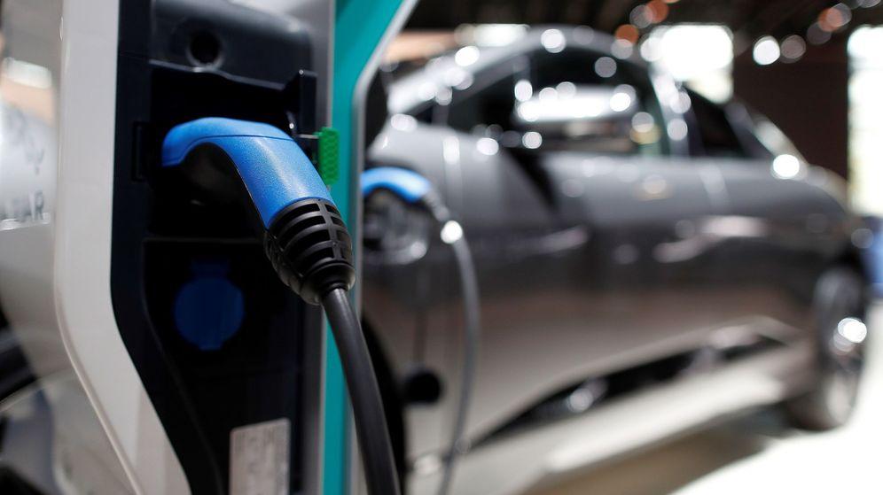 Foto: Un coche eléctrico expuesto en el Salón Internacional del Automóvil de París. (EFE)