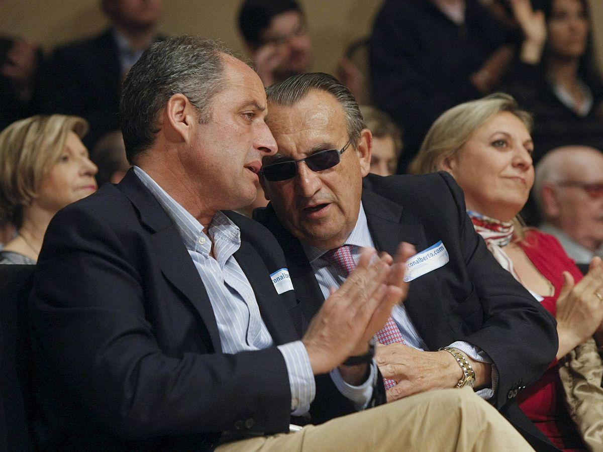 Foto: Francisco Camps (i) conversa en una imagen de 2011 con el entonces presidente de la Diputación de Castellón, Carlos Fabra. (EFE)