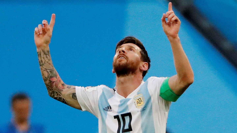 Messi alzó los brazos al cielo tras marcar el primer gol del partido. (Reuters)