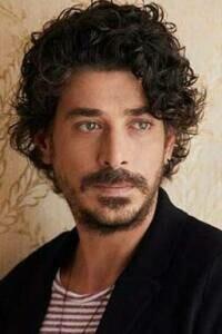 Así es Alper Saldiran, de 'Inocentes': bailarín, escritor y con un miedo sin superar