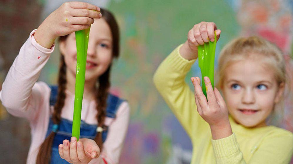 Foto: Dos niñas juegan con 'slime' casero.