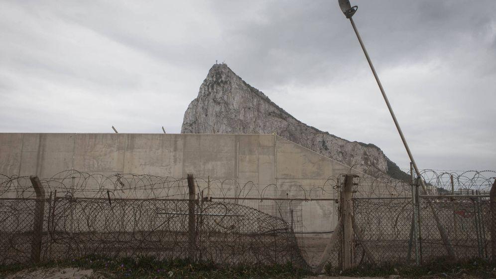 Foto: Valla rota entre La Línea y Gibraltar utilizada para el contrabando de tabaco. Imagen de 2017. (Jesús Domínguez)