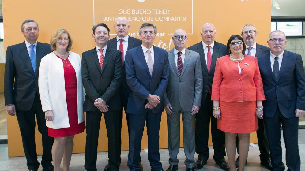 Foto: El director general de Consum, Juan Luis Durich, en el centro, con el equipo directivo de la cooperativa.