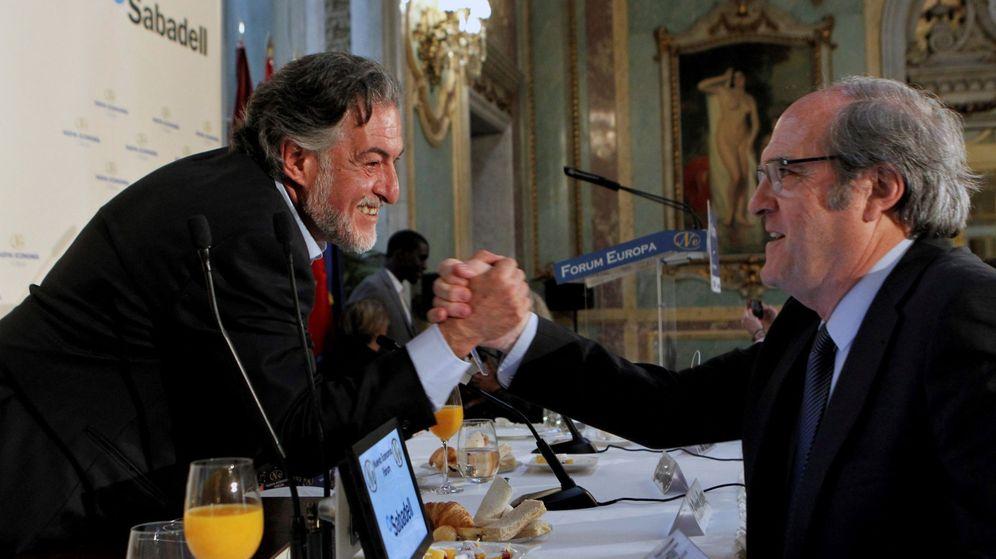 Foto: Ángel Gabilondo (a la derecha), saludando a Pepu Hernández