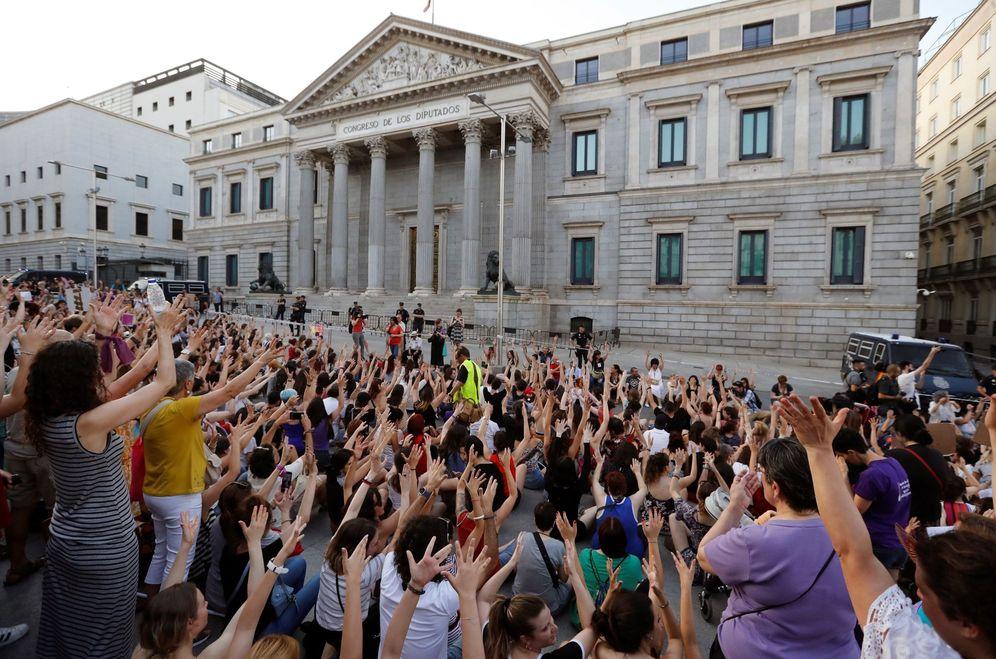 Foto: Miles de personas protestan en Madrid el pasaado 22 de junio por la liberación de La Manada. (EFE)