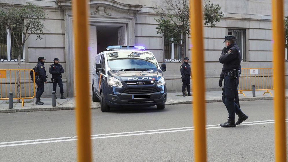 Foto: Furgones en la puerta del Supremo. (EFE)