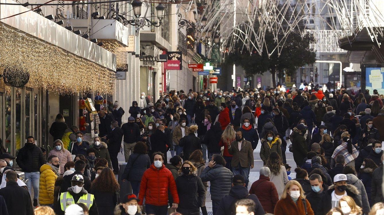 Foto: Un gran número de viandantes transita por la calle Preciados de Madrid en diciembre de 2020. (EFE)