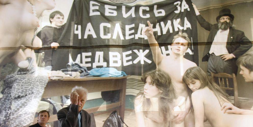 Un cartel obra de Voina muestra a miembros del grupo practicando sexo en apoyo de Medvédev (Reuters).