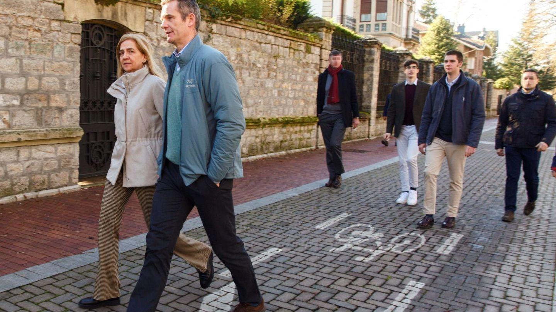 La Infanta y su marido, Iñaki Urdangarin, pasean por Vitoria en Navidad con sus hijos detrás. (EFE)