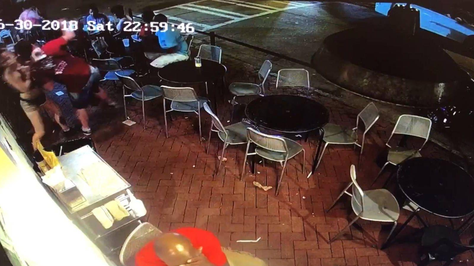Foto: Momento en que la camarera arremete contra su acosador