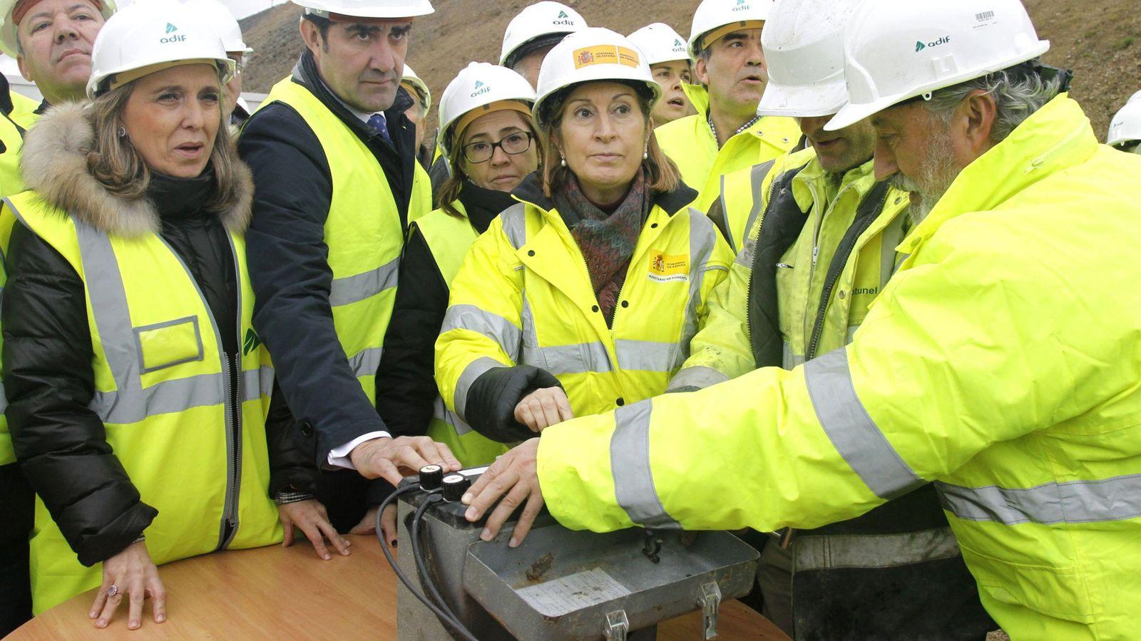 Foto: La ministra de Fomento, Ana Pastor, durante una visita a las obras del AVE a Galicia el pasado enero. (EFE)