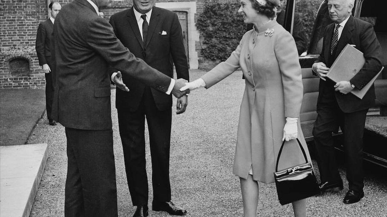 La reina porta el bolso en 1970 durante una visita de Nixon. (Getty)