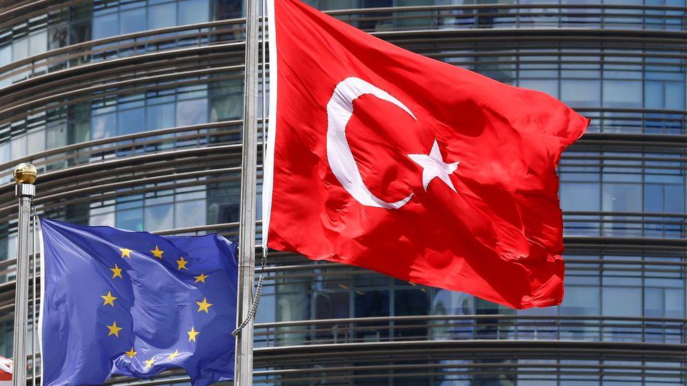 Foto: Las banderas de la Unión Europea y Turquía, junto a un hotel de Estambul. (Reuters)