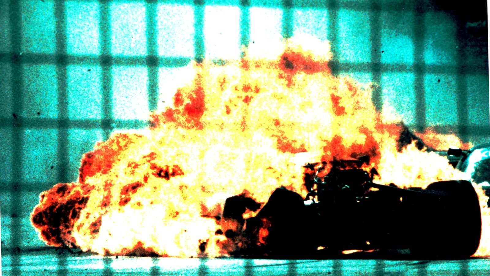 Foto: El coche ardiendo de Jesús Pareja tras impactar con una alcantarilla suelta.