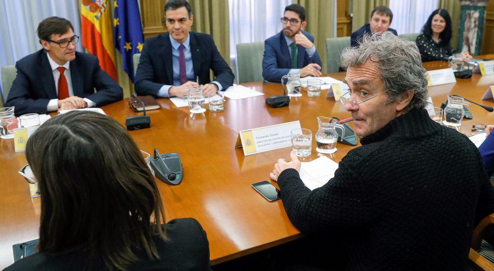 Foto: El director del Centro de Coordinación de Alertas y Emergencias Sanitarias, Fernando Simón (d), asiste a la reunión del comité de Evaluación y Seguimiento del Coronavirus presidida por Pedro Sánchez (2i). (EFE)