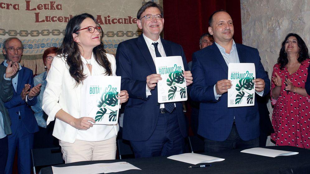 Foto: Oltra, Puig y Dalmau, en la firma en el Castillo de Santa Bárbara en Alicante del nuevo pacto de Gobierno. (EFE)