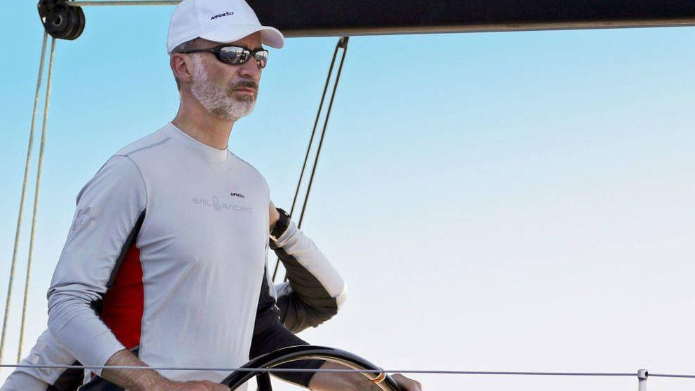 La soledad de Felipe VI: navega sin Letizia pero con su madre y su tía