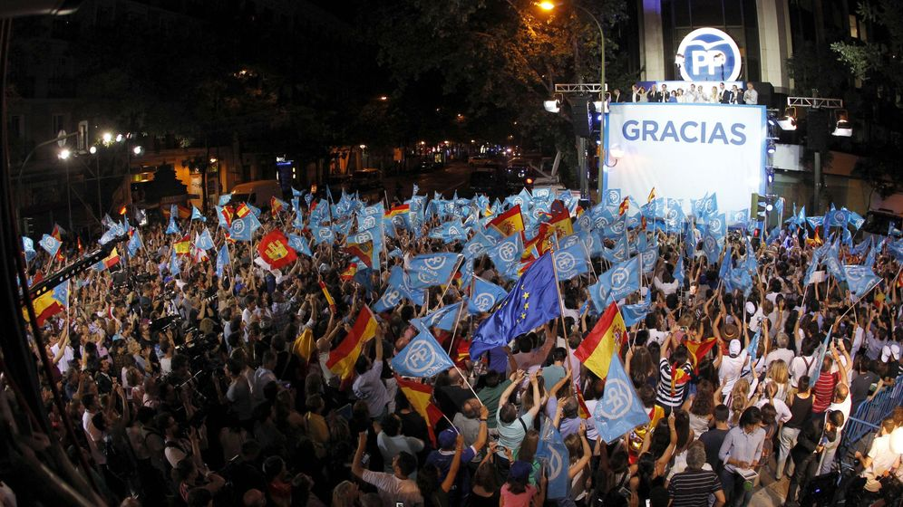 Foto: El presidente del Gobierno en funciones y líder del PP, Mariano Rajoy, y dirigentes del partido comparecencen ante los simpatizantes en el exterior de la sede de Génova en la noche electoral. (EFE)