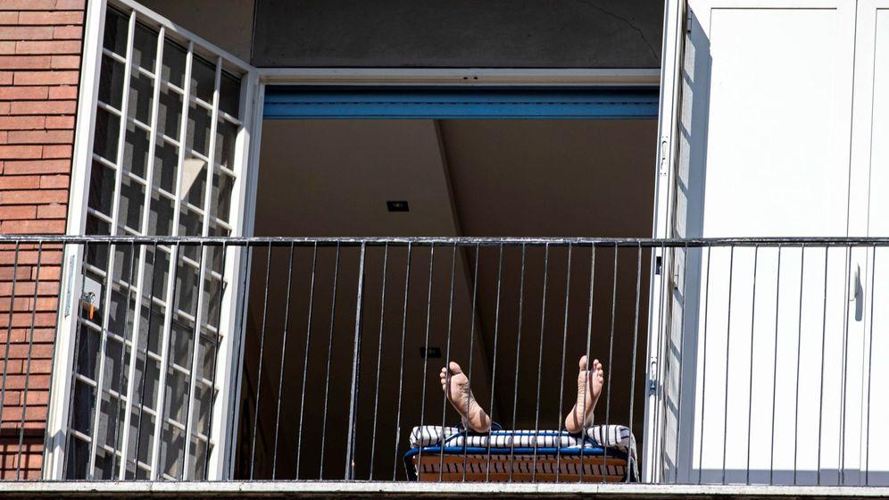 Foto: Un hombre, tumbado en su balcón. (EFE)